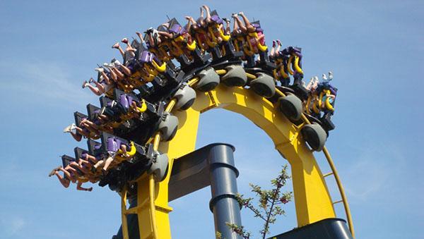 O dia está bom pra andar na montanha russa do Batman do Six Flags, naCalifórnia