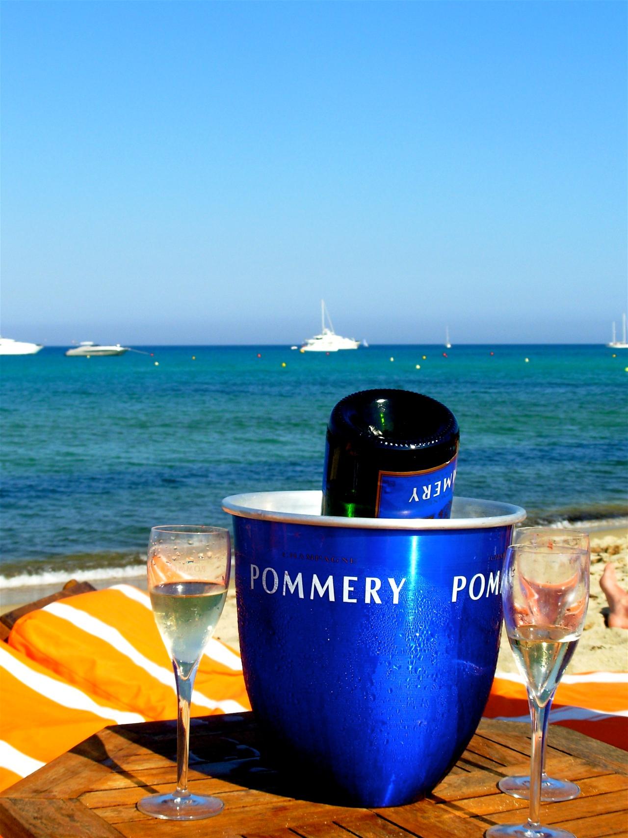 O dia está bom pra tomar champagne na praia em SaintTropez