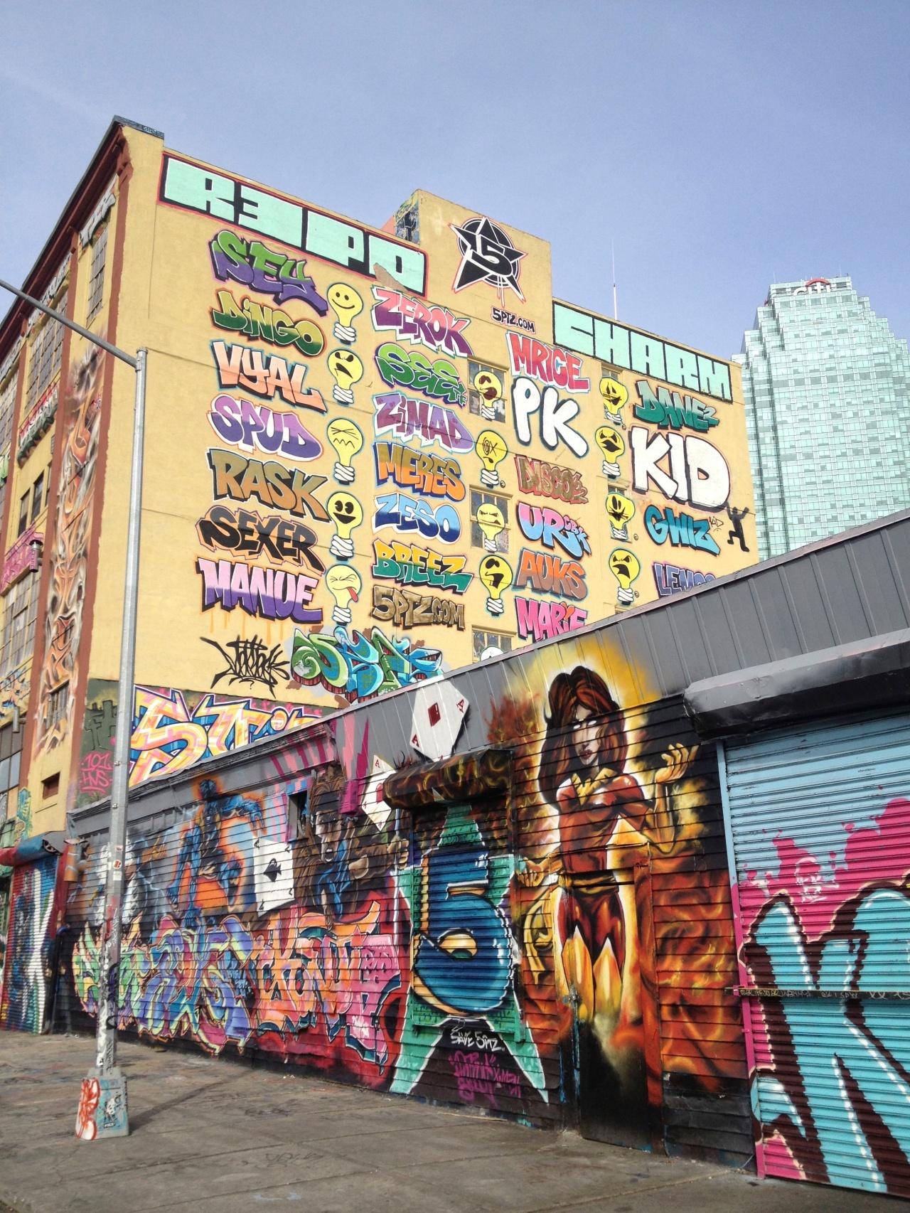 O dia está bom pra dar um check no 5pointz, a meca do grafite em Nova York, antes que acabe:(