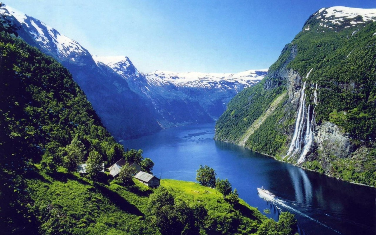 O dia está bom pra viajar pelos fiordes da Noruega