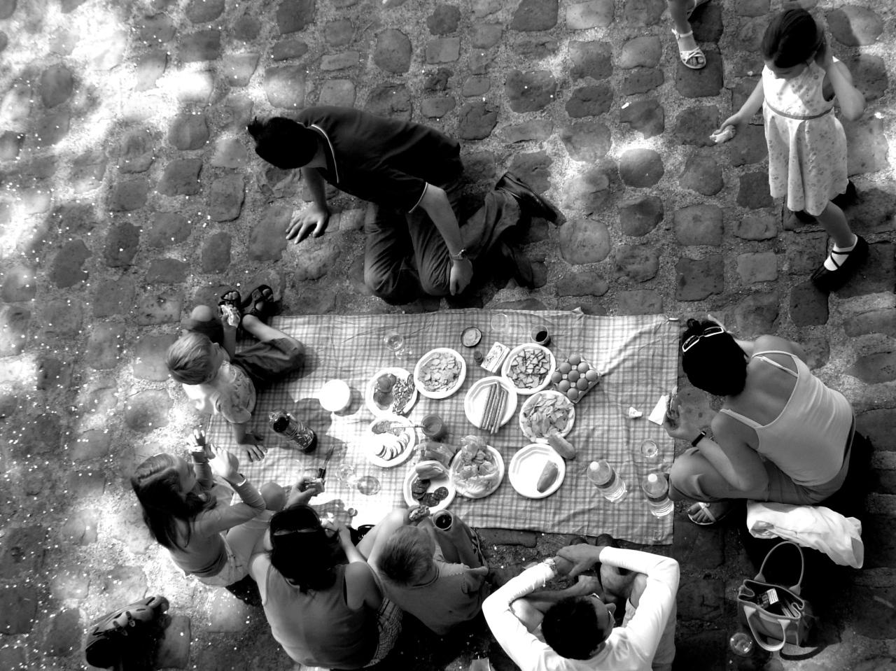 O dia está bom pra fazer um piquenique às margens do Sena, emParis